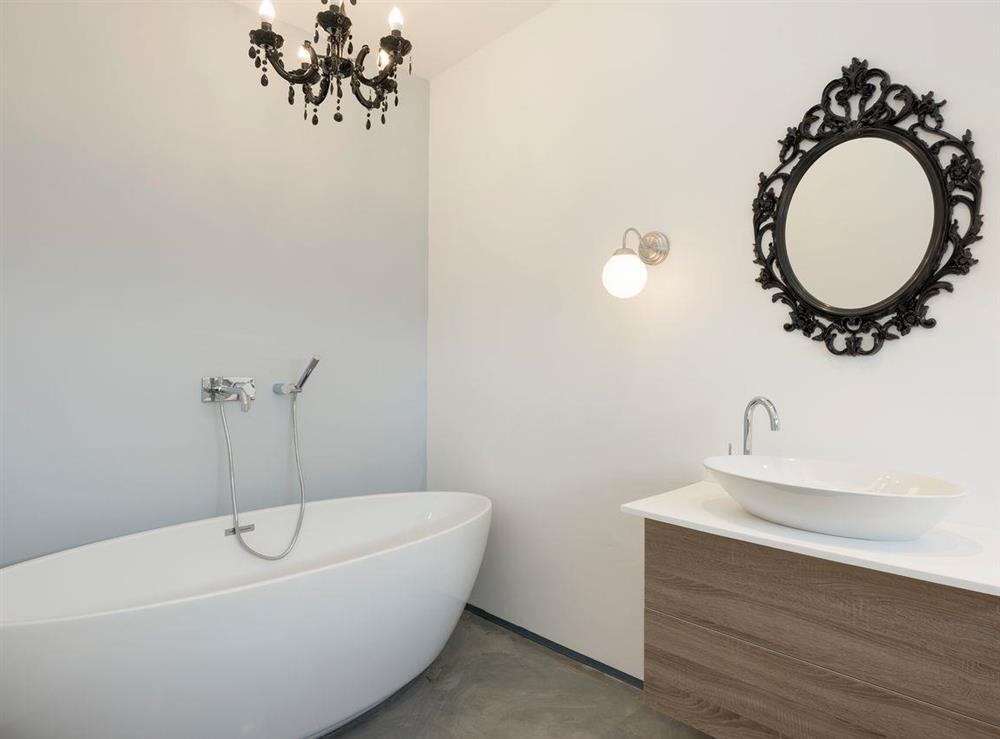 Free-standing bath in master bedroom en-suite at Seaglass Barn (Sea),