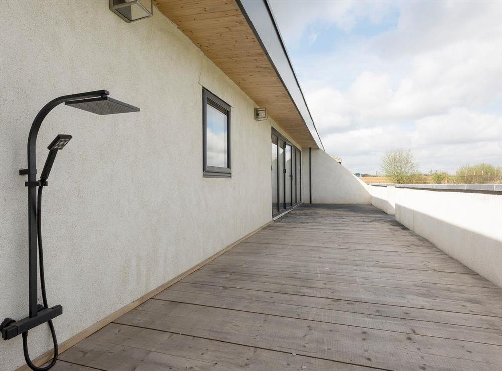 Handy outdoor shower at Seaglass Barn (Sea),