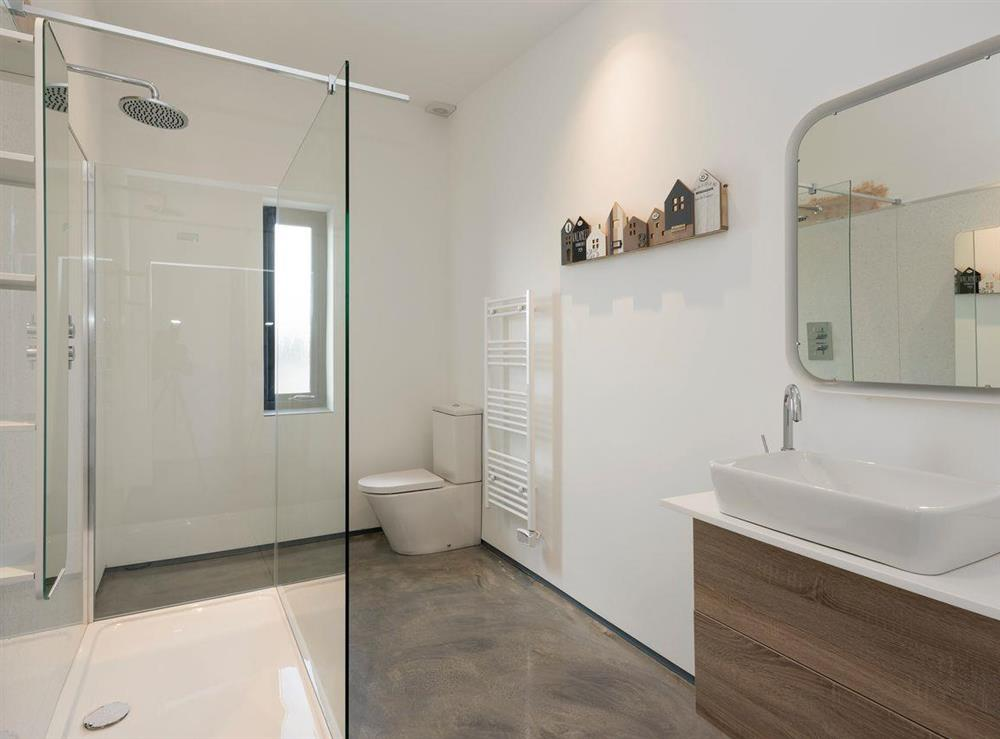 Large family shower room at Seaglass Barn (Sea),
