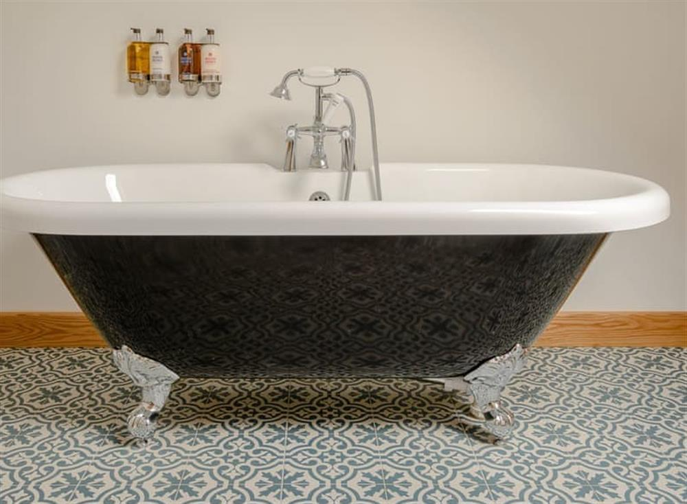 Free-standing bath within the en-suite