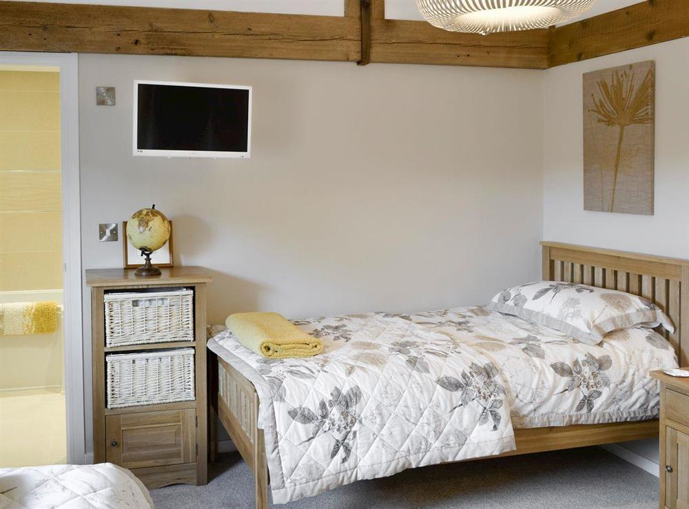 Good sized twin bedroom with en-suite at The Cowshed in Horning, near Wroxham, Norfolk