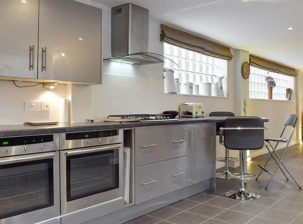 Fully-appointed kitchen with useful breakfast area at The Joinery in Ledbury, Herefordshire