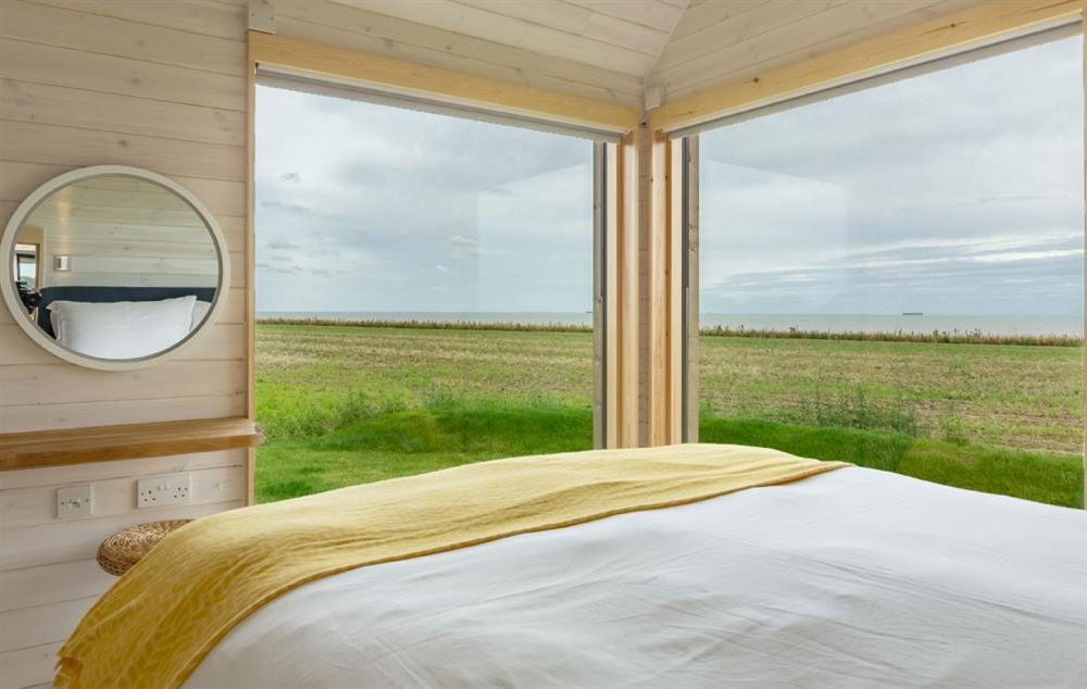 King size bed, sea views and en suite with bath & overhead shower at The Listening Station, Reydon