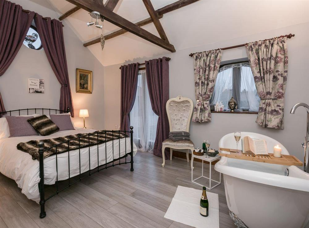 Kingsize bedroom with slipper bath (photo 2) at The Old Hall Coach House in Tacolneston, near Wymondham, Norfolk