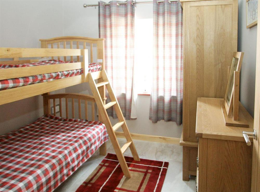 Spacious twin bedroom at Woodpeckers Nest,