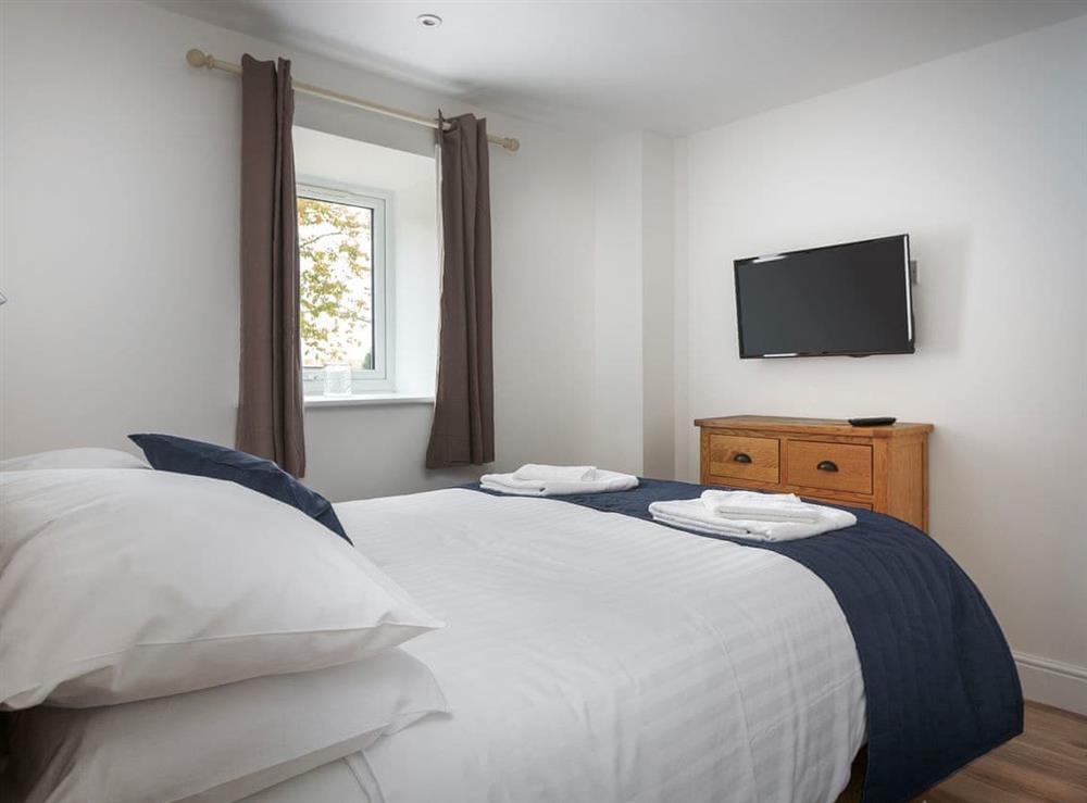 Comfortable ground floor double bedroom with en-suite at Berwick Swan,