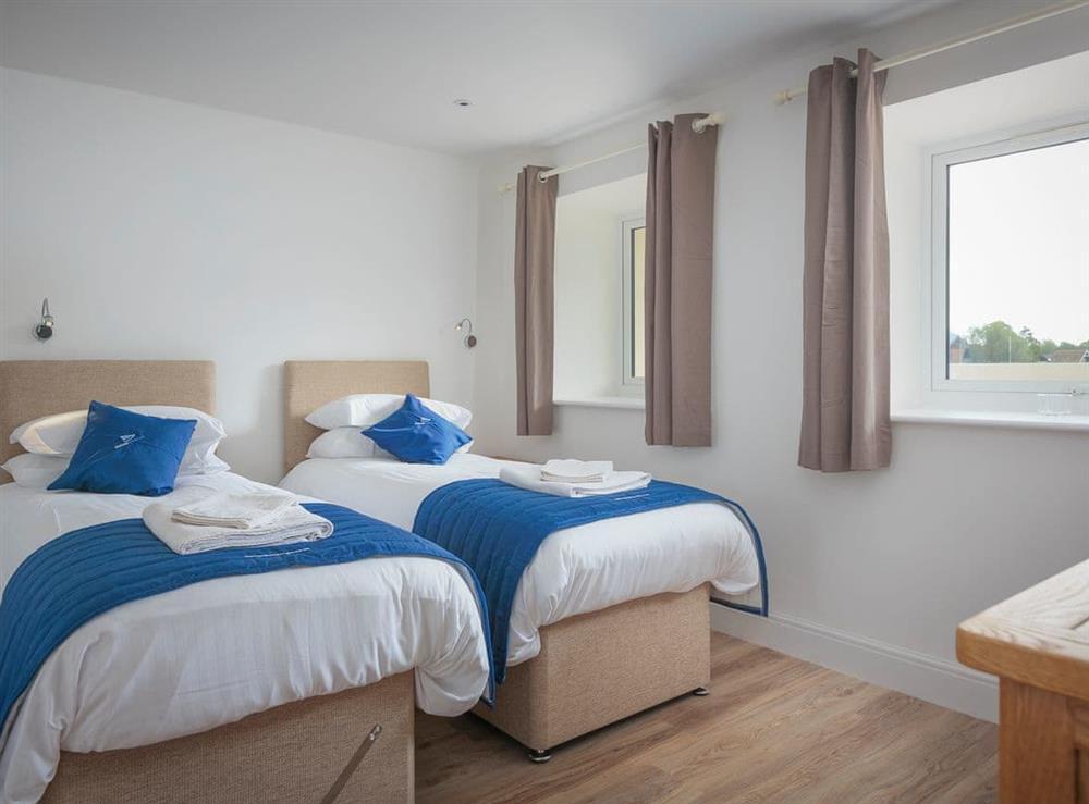 Spacious ground floor twin bedroom with en-suite at Berwick Swan,