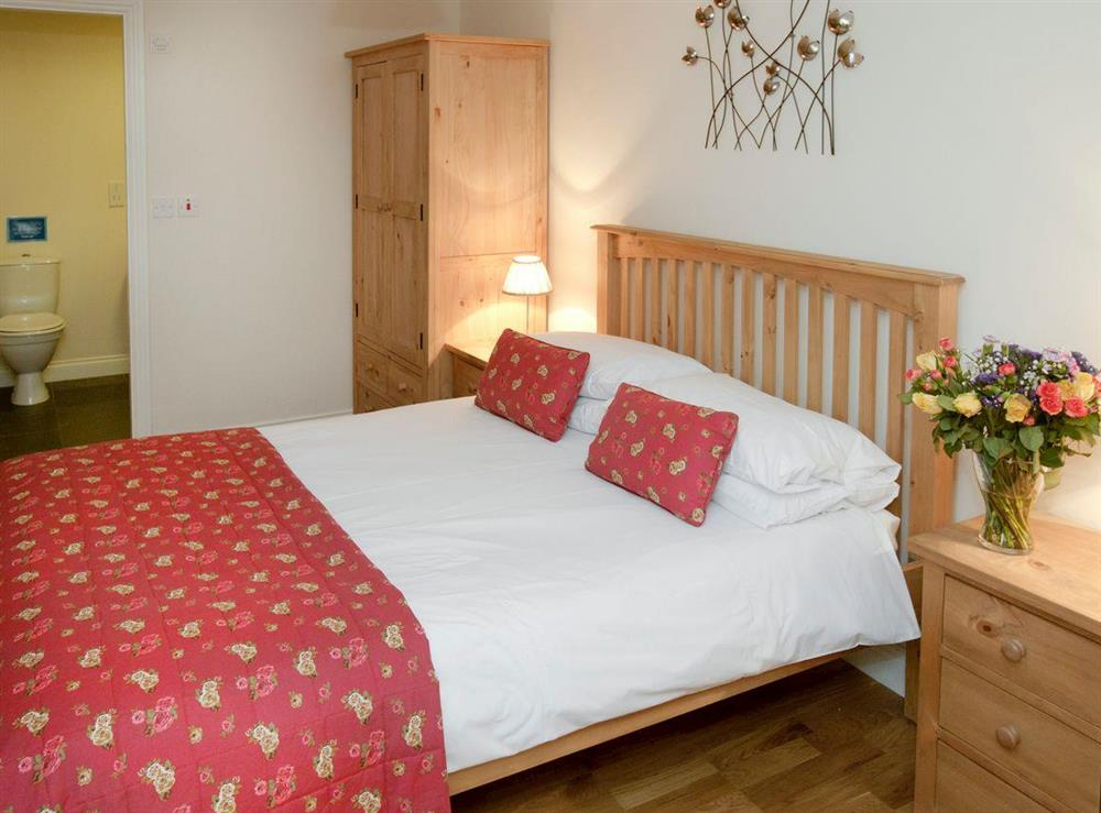 Relaxing second double bedroom with en-suite at Sycamore Cottage,