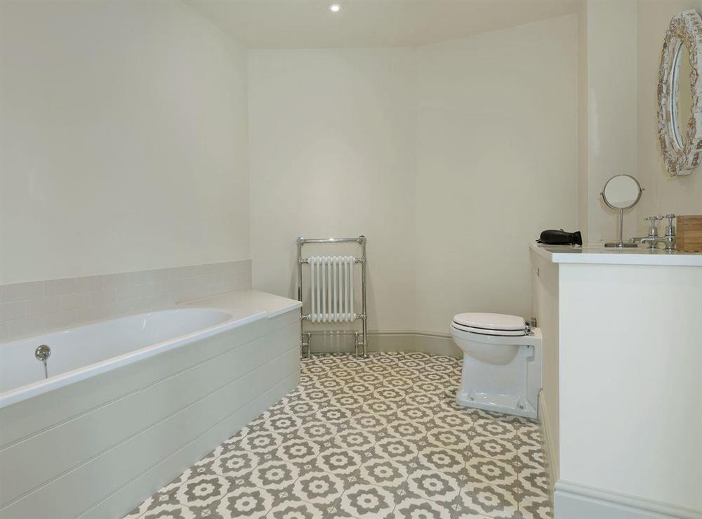 En-suite bathroom (photo 2) at Peak Hall,
