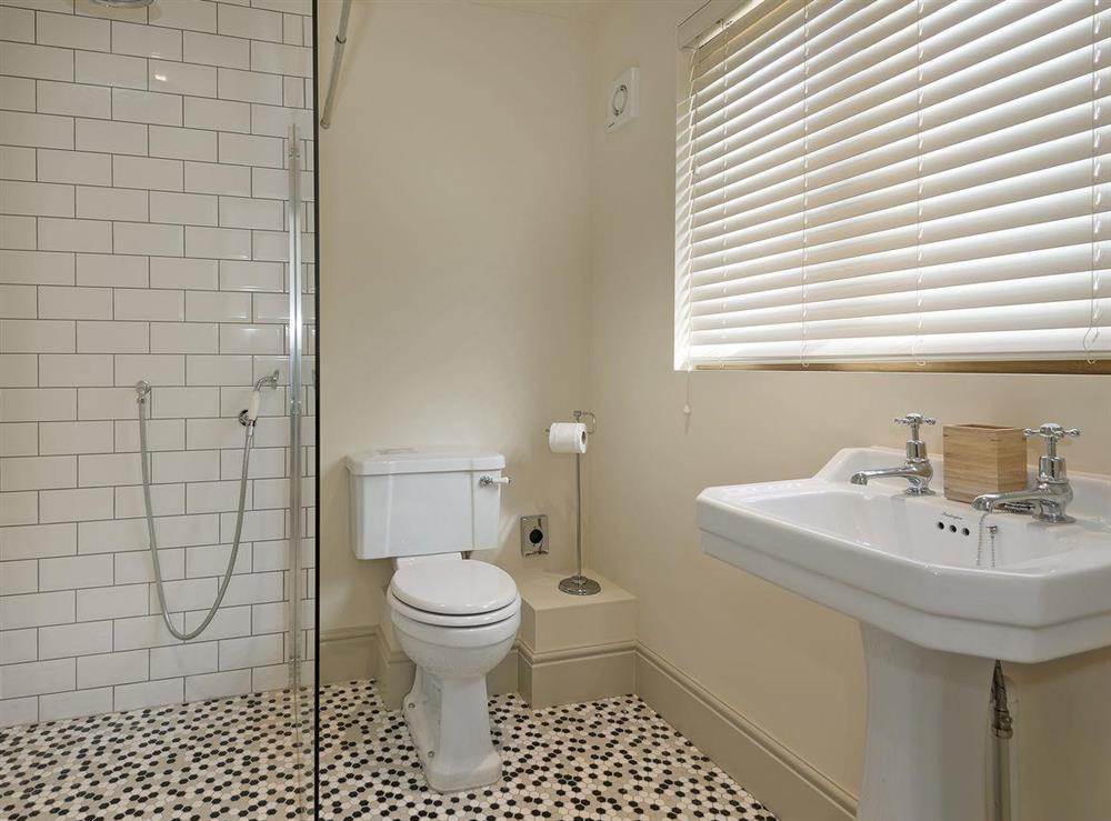 En-suite bathroom (photo 4) at Peak Hall,