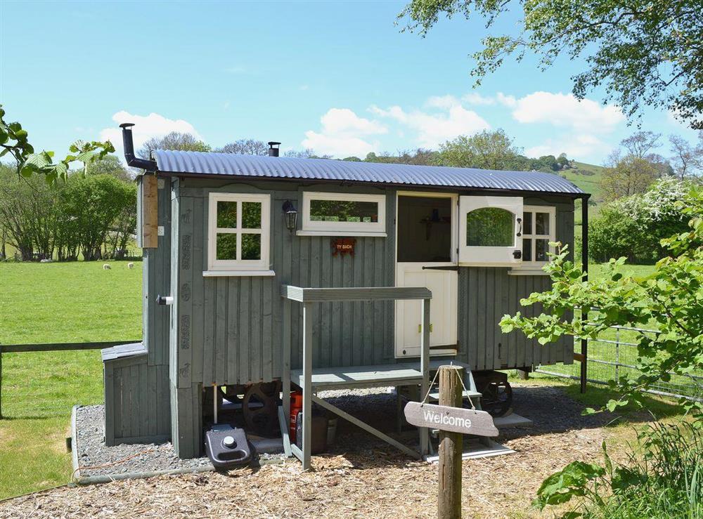 Cute, lovingly crafted western red-cedar shepherd's hut at Ty Bach Shepherds Hut in Franksbridge, near Builth Wells, West Yorkshire