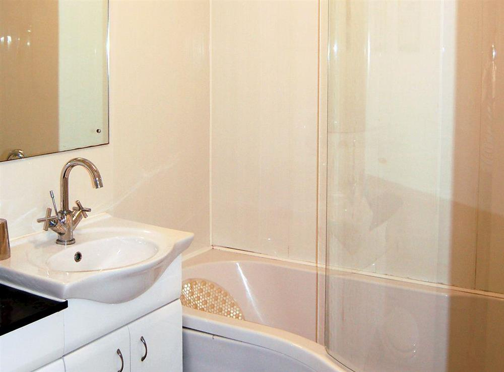 <strong> </strong>'P' shaped bath with shower over