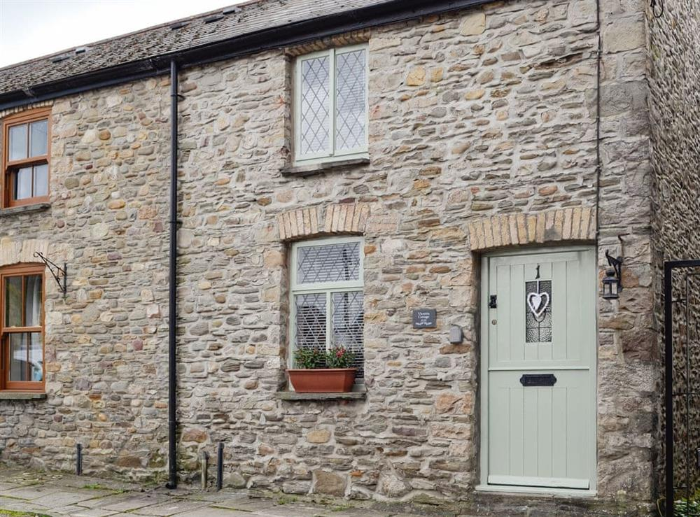 Lovely terraced holiday cottage at Victoria Cottage in Taff's Well, near Cardiff, Glamorgan, South Glamorgan