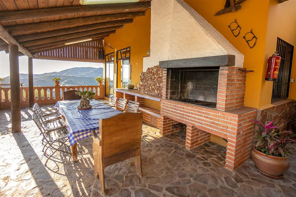 Alfresco dining, covered terrace, barbecue