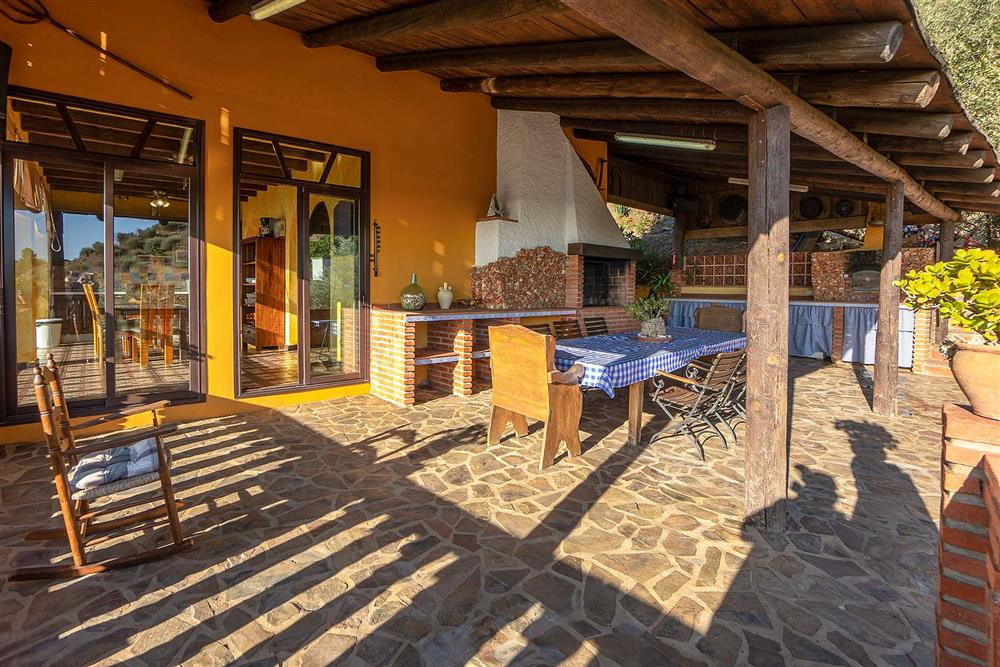 Covered terrace, alfresco dining, barbecue