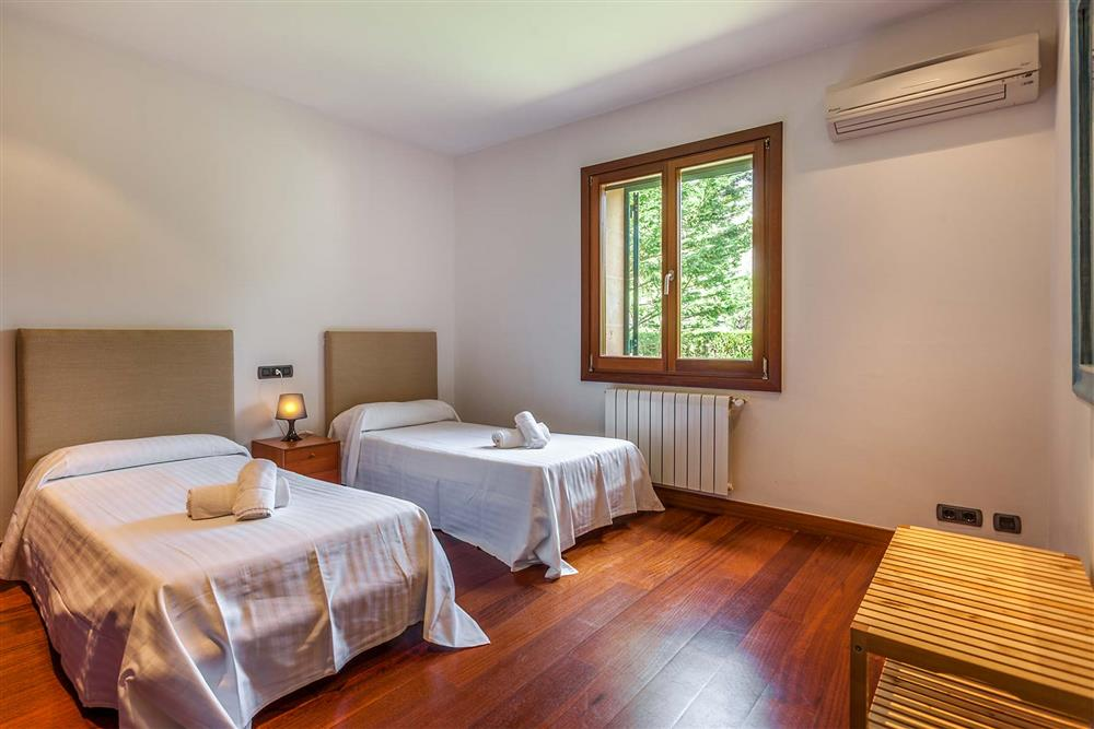 Twin bedroom (photo 4) at Villa Les Oliveres, Puerto Pollensa, Mallorca