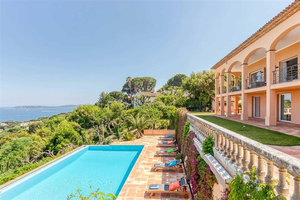 Villa with pool, sea view