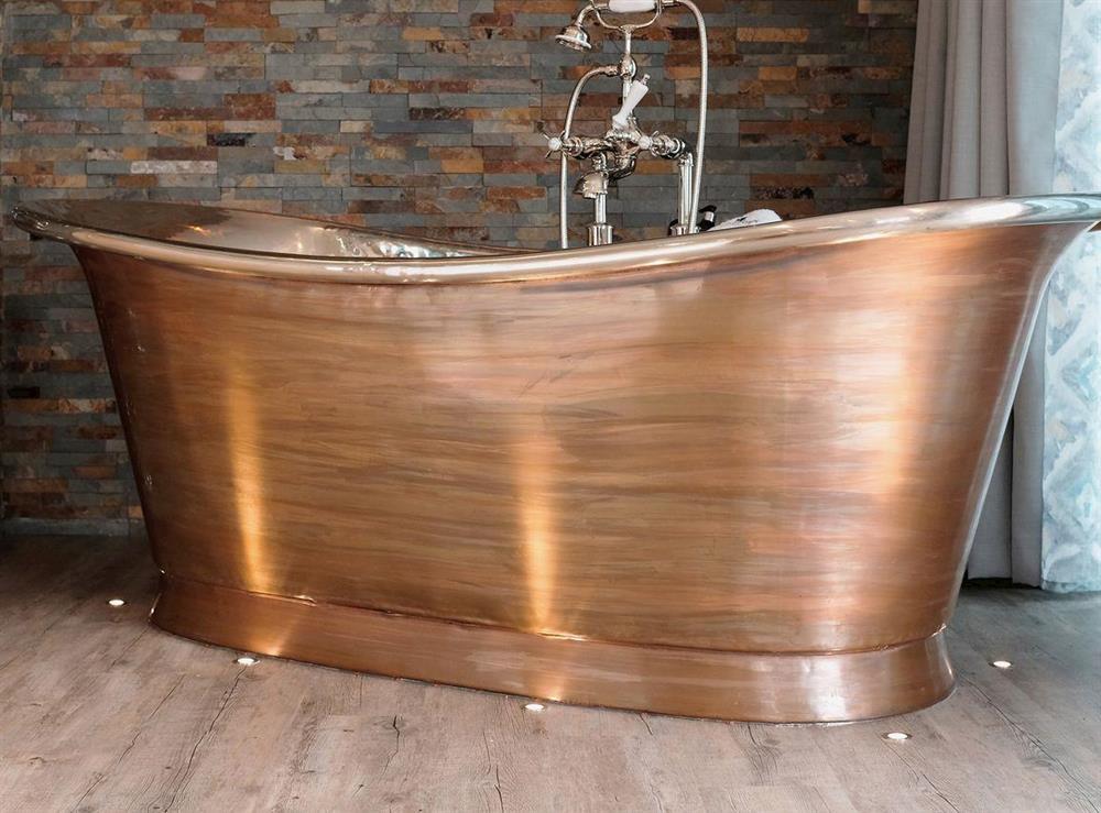 Relaxing copper spa bath